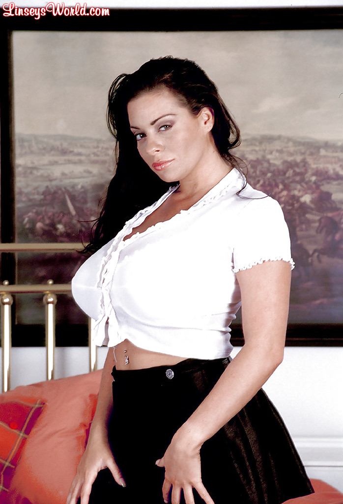 Solo model Linsey Dawn McKenzie strips naked atop her office desk  1555578