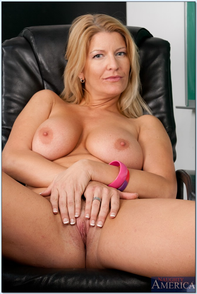 Blond milf shows