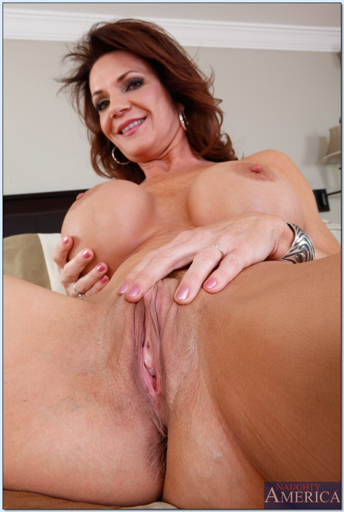 Sultry granny with hairy pussy gets her gspot rubbed 9