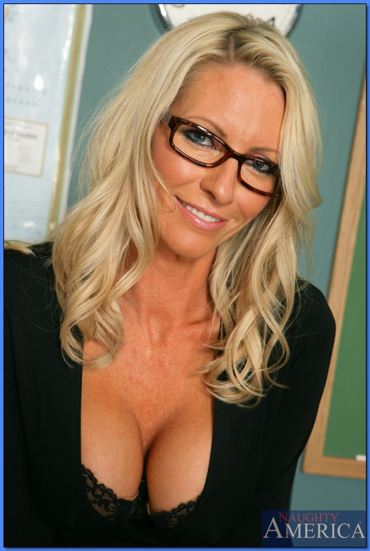 Mature teacher in glasses Nicole Moore pleasuring cock with her boobs № 525819 бесплатно