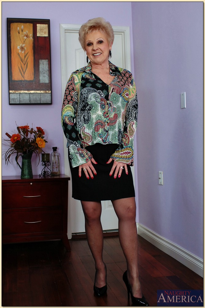 Busty granny Mrs. Jewell got to please two cocks in steamy group action № 586200  скачать