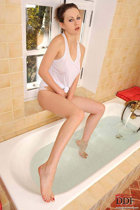 Busty babe Risi Simms having some lesbian fun in the bath  200478
