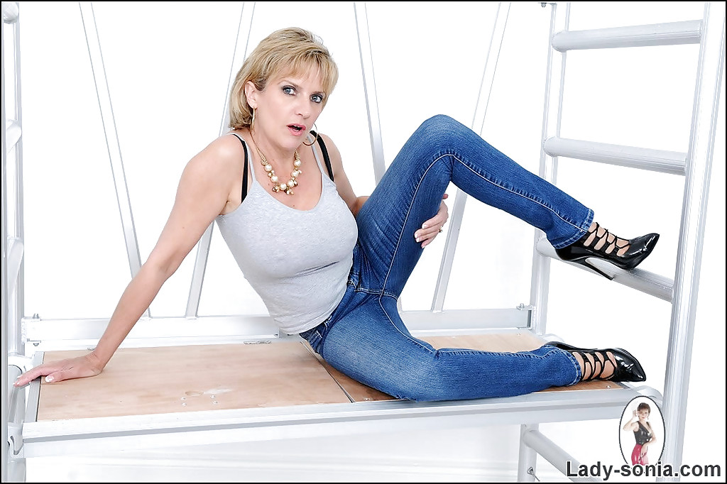 Jeans in mature women milf tight