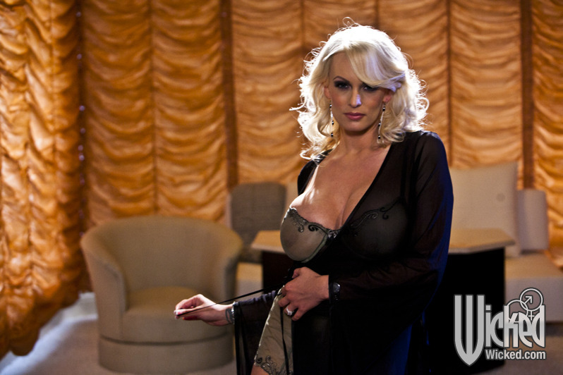 Busty MILF Stormy Daniels fingers shaved twat with panties around ankles № 97129 бесплатно