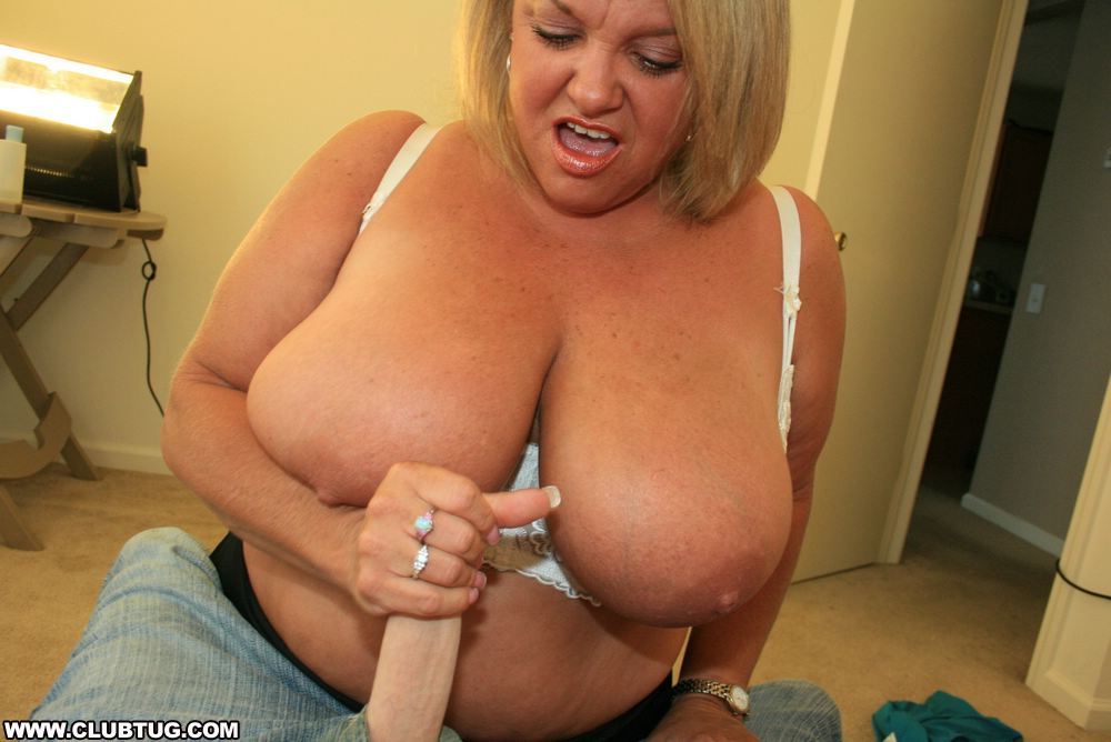 Milf makes homemade fingering asshole