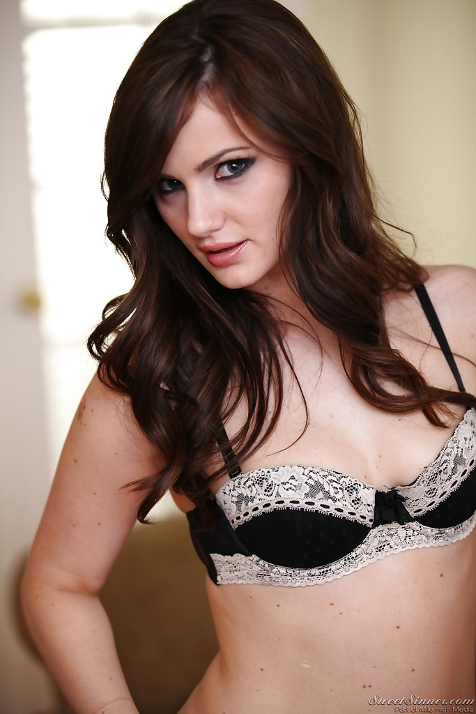Alluring brunette babe Lily Carter showcasing her amazing fanny № 888523 без смс