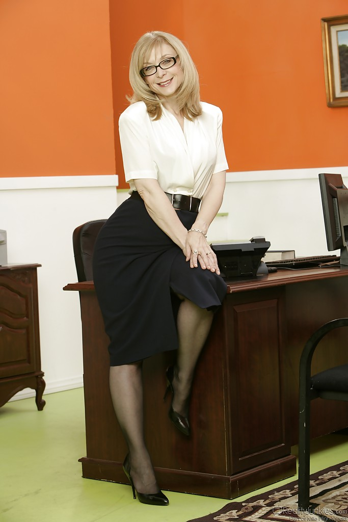 Office mature Marcy Darling is posing on the table and undressing № 765164 бесплатно