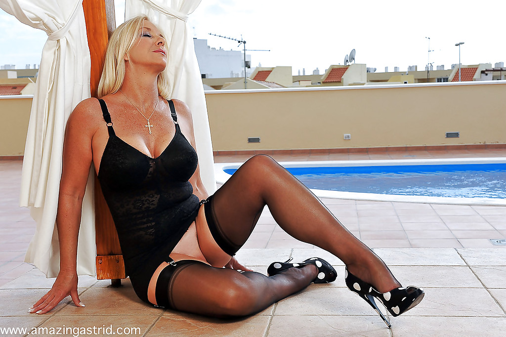 Busty blonde MILF on high heels Lichelle Marie feeling her cunt № 885157 загрузить