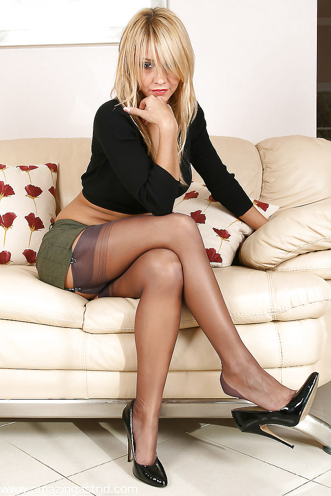 Sexy blonde MILF Lucy Zara fingers her pussy in hot stockings and high heels № 826105 загрузить