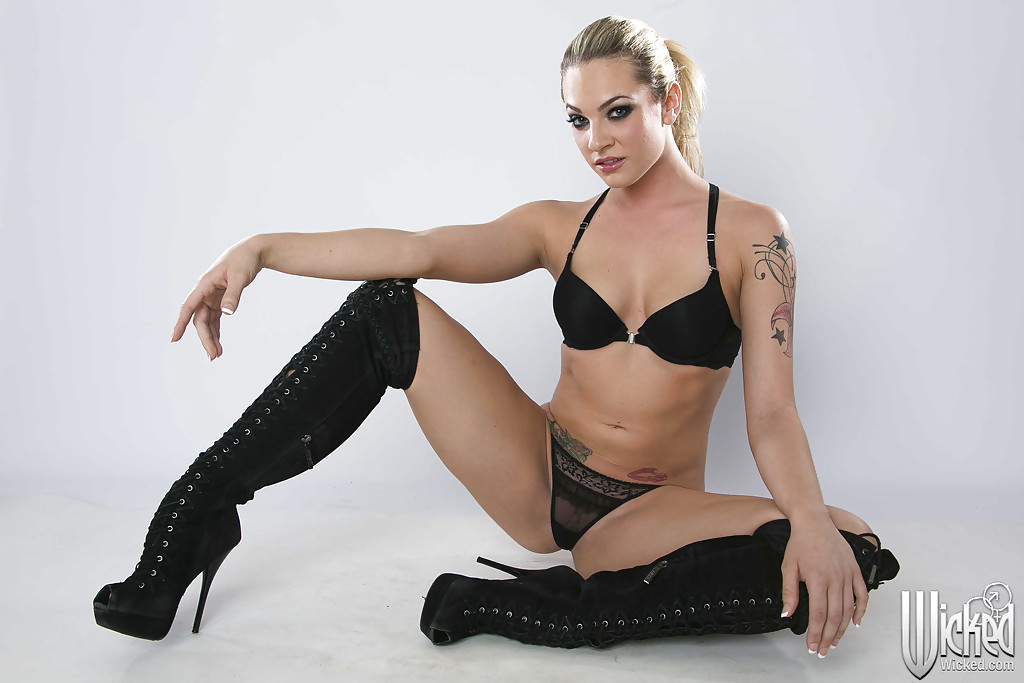 Seductive tattooed amateur Riley Chase gets rid of her clothes  316873