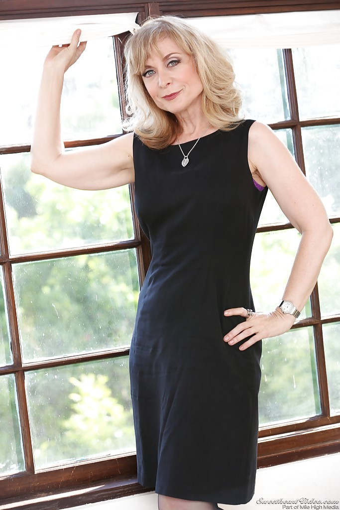 Mature lady Nina Hartley denudes ripe melons and poses in stockings  493151