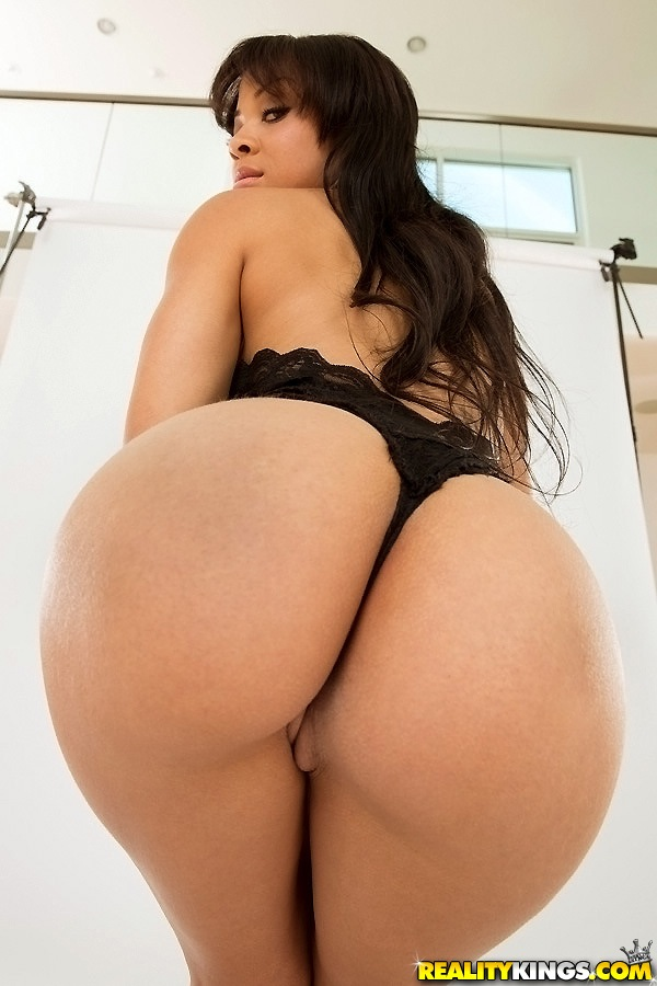 Voluptuous ebony babe gets her pussy licked then sucks cock 4