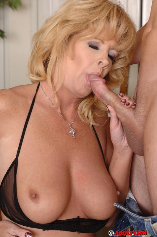 Big boobs cougar fucked on a poster bed 4