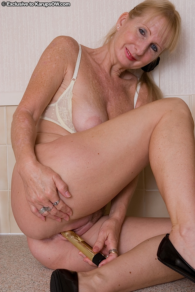 Chatin hairy granny pleases junior 2