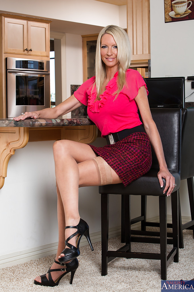 Milf pornstar Angela Sommers is spreading her perfect legs  1755438