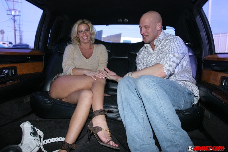Chippy MILF with big jugs gets tricked into blowjob at the back seat № 121708  скачать
