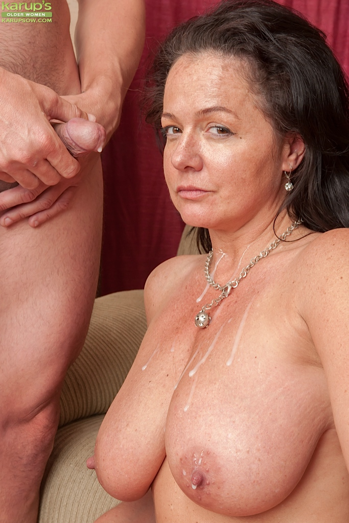 Something Cumming in moms pussy can not