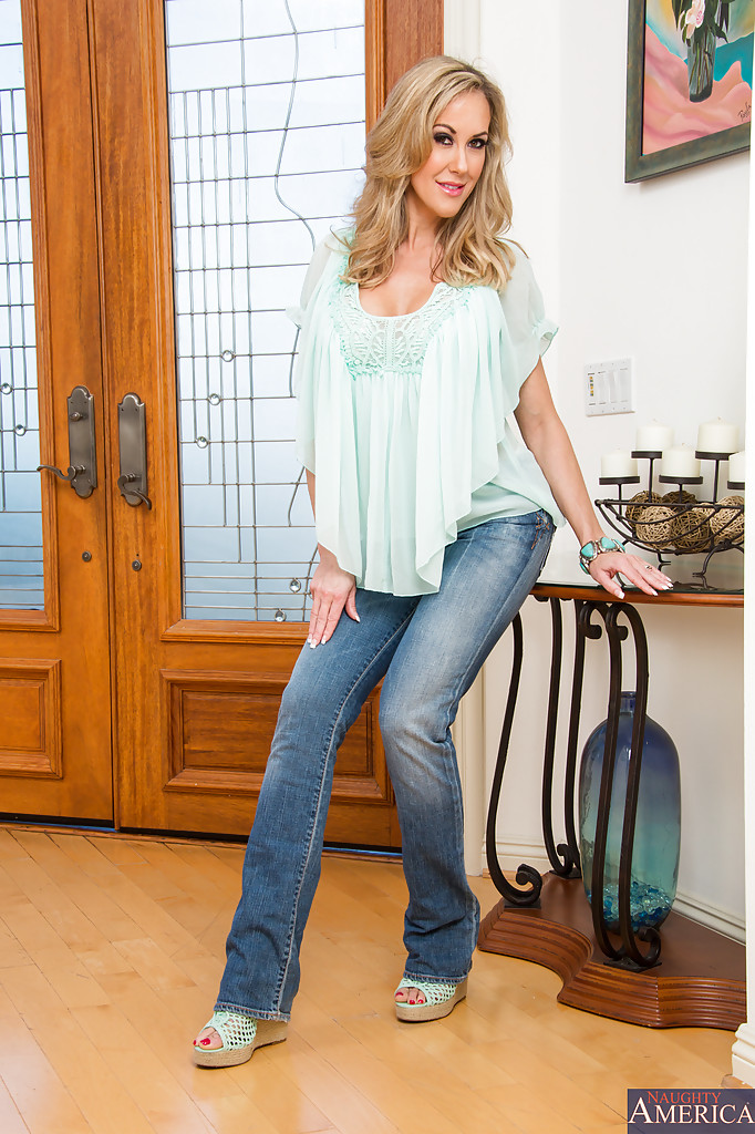 Juggy babe in blue jeans Kiera King undressing and spreading her legs № 1042782  скачать