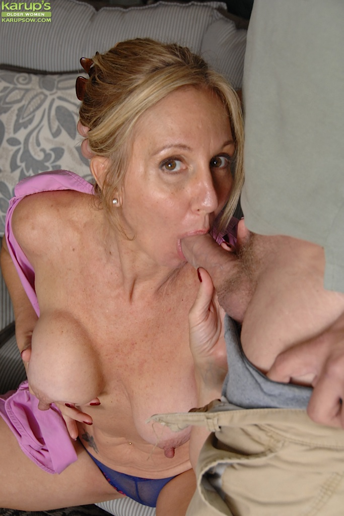 Stunning milf giving head
