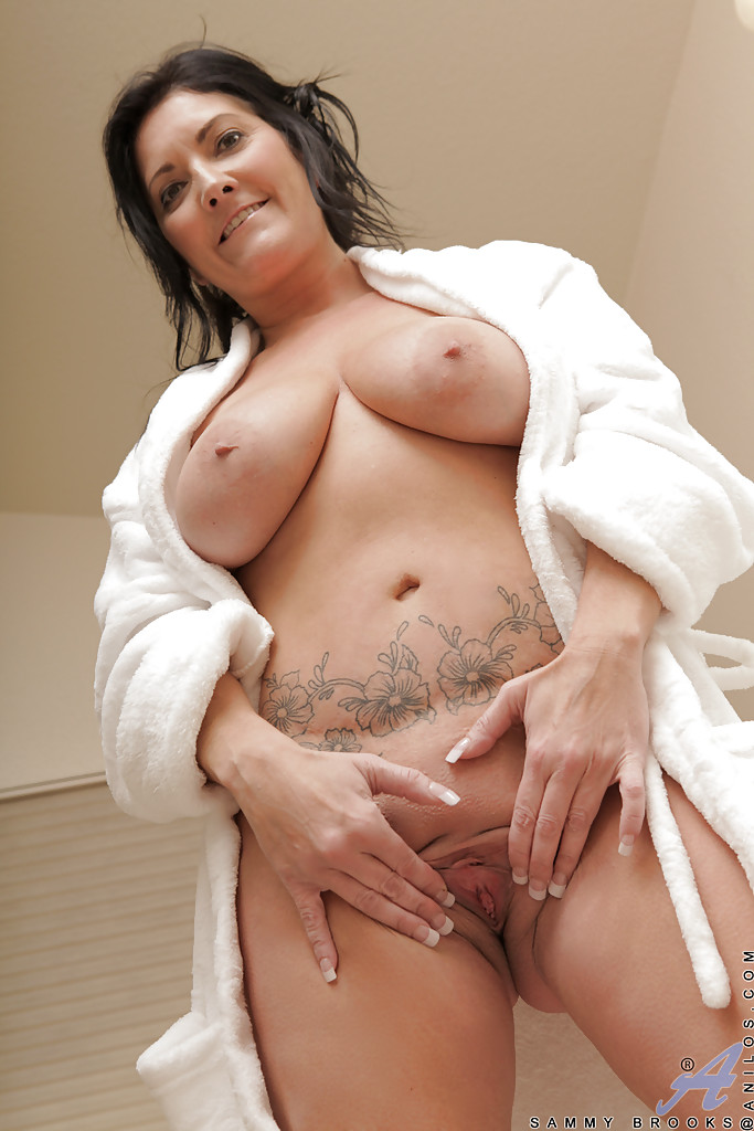 Guera Caliente Stacked mature boobs now