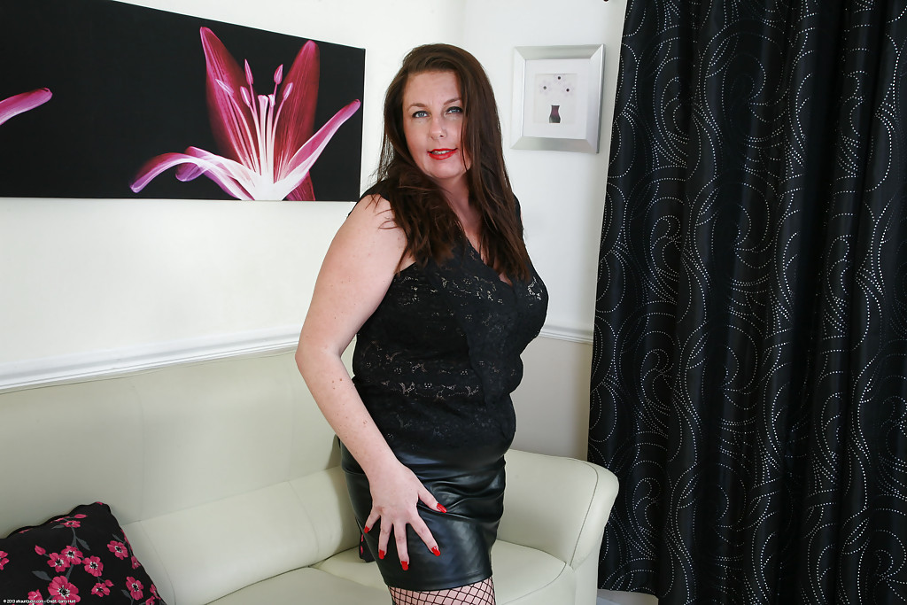 Mature and hairy fatty Jessica Jay is spreading her yummy bushes  1514158