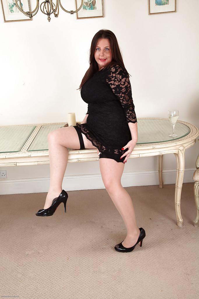 Mature and hairy fatty Jessica Jay is spreading her yummy bushes  1514078