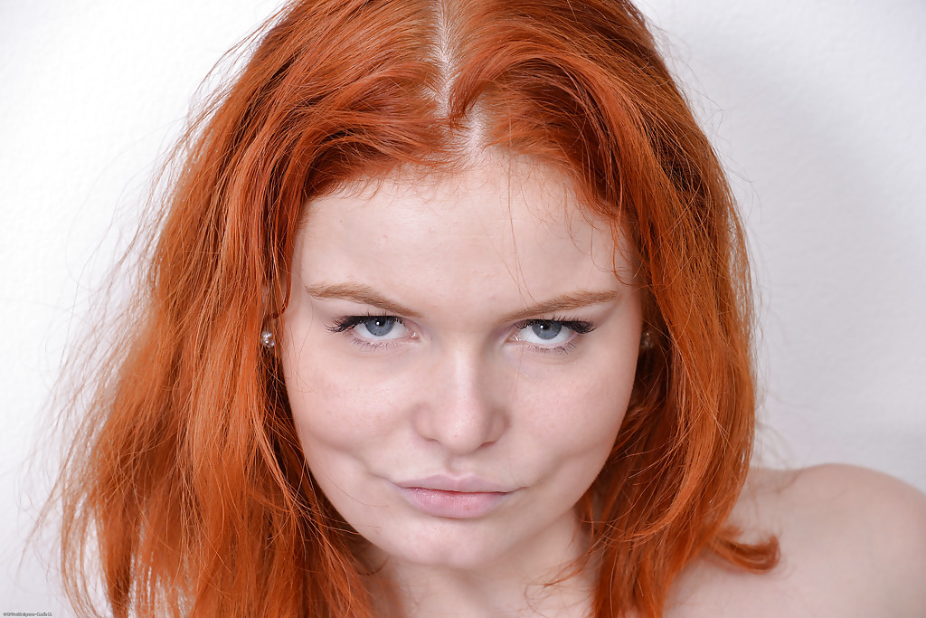 Clothed redhead Barbara Babeurre is pissing and gets wet in close up № 984492 без смс