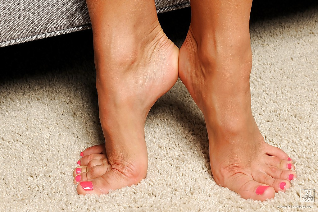 Busty seductress revealing her sexy feet and teasing her hungry slit  470379