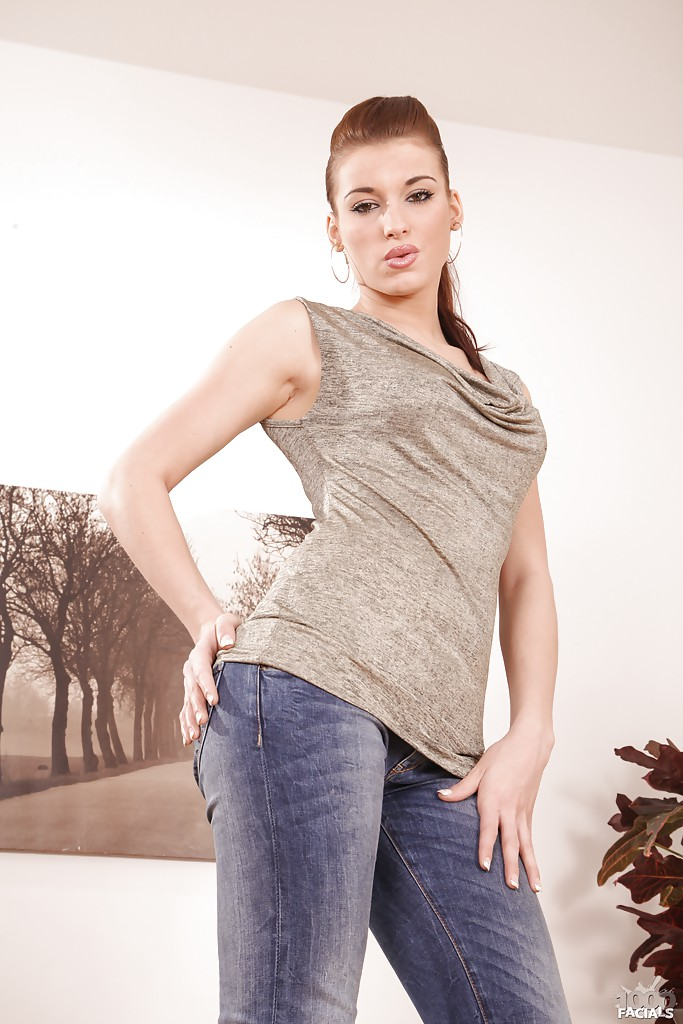 Juggy babe in blue jeans Kiera King undressing and spreading her legs № 1042742 без смс