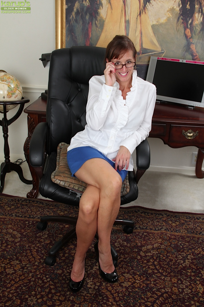 Brunette mature vixen in dress clothes undressing and toying her cunt  486590