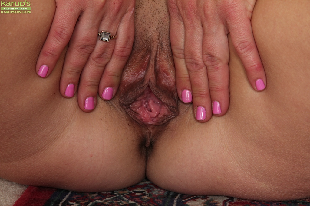 Mature spread pussy up close