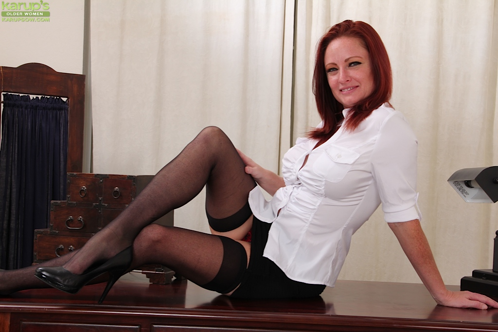 Undressing and masturbating mature brunette Shelly Jones in close up № 918349 без смс