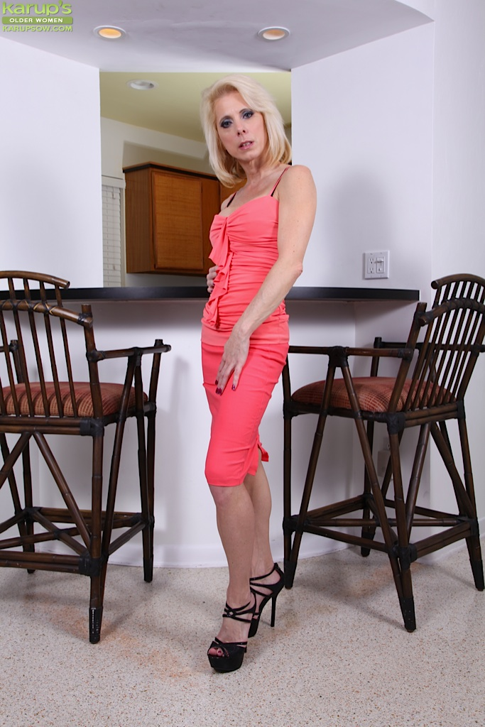 Blonde mature lady Jodie Stacks is demonstrating an perfect body  1465703