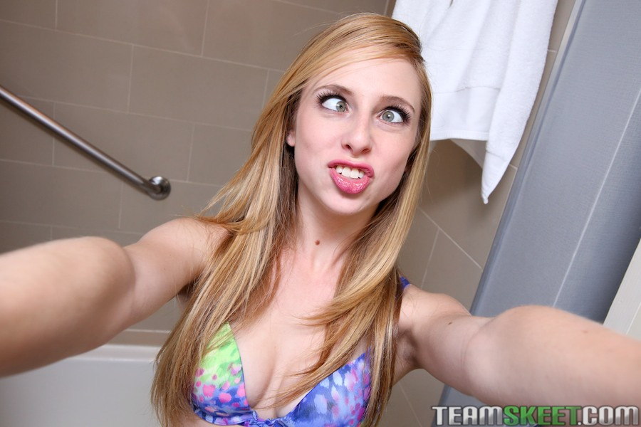 Sexy babe Taylor Whyte is taking selfies in her bathroom ...