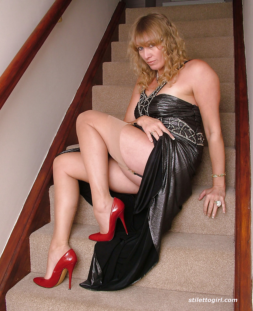 Mature lady toys her pussy in high heels on a kitchen stool № 1564657 загрузить