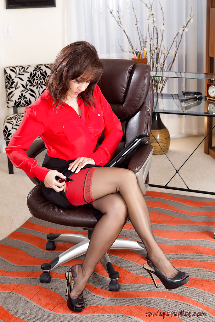 Classy older lady Roni Ford slowly undresses in mini skirt and nylons  286008