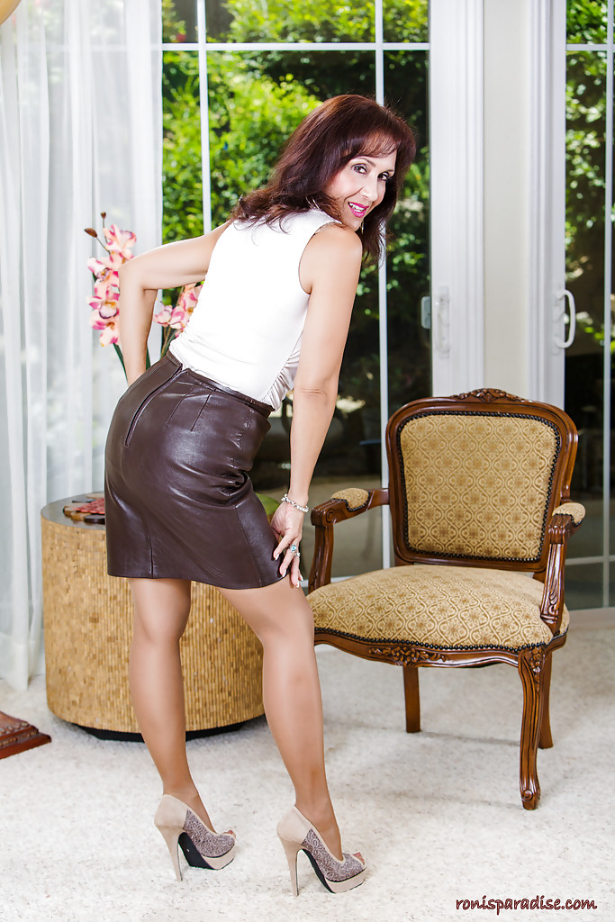 Classy older lady Roni Ford slowly undresses in mini skirt and nylons  286048