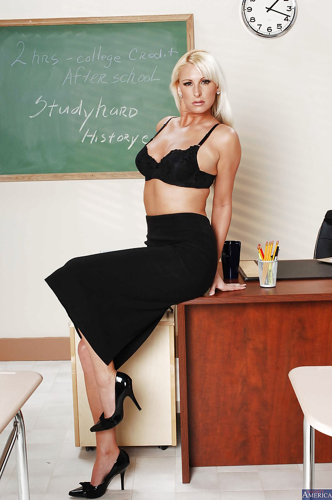 Milf teacher with blonde hair Carolyn Reese loves undressing after classes  605841