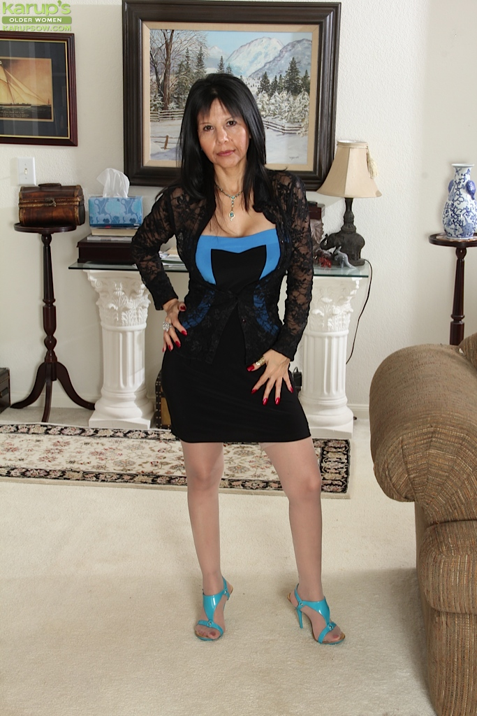 Office mature Marcy Darling is posing on the table and undressing № 765092  скачать
