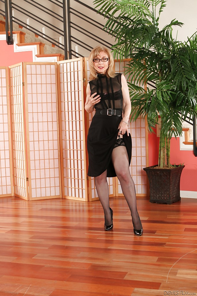 Blonde mature babe Nina Hartley is showing her big tits in stockings № 498328 бесплатно