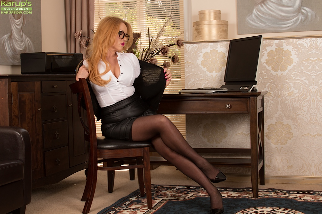 Mature chick Desiree Deluca is touching her awesome shaved hole № 571545 загрузить