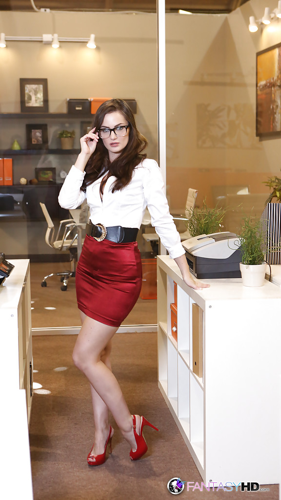 Alluring brunette babe Lily Carter showcasing her amazing fanny № 888563 бесплатно