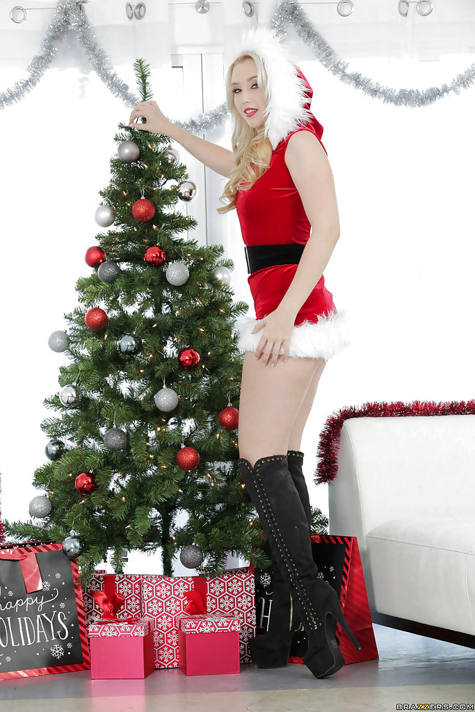 Sensual blonde Harley Q is screwing with some Christmas toys!  2157591