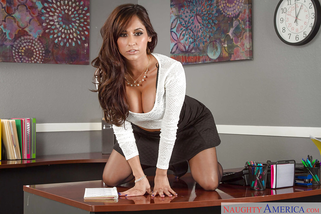 Milf brunette Reena Sky is undressing very sexy right in the office № 399965 без смс
