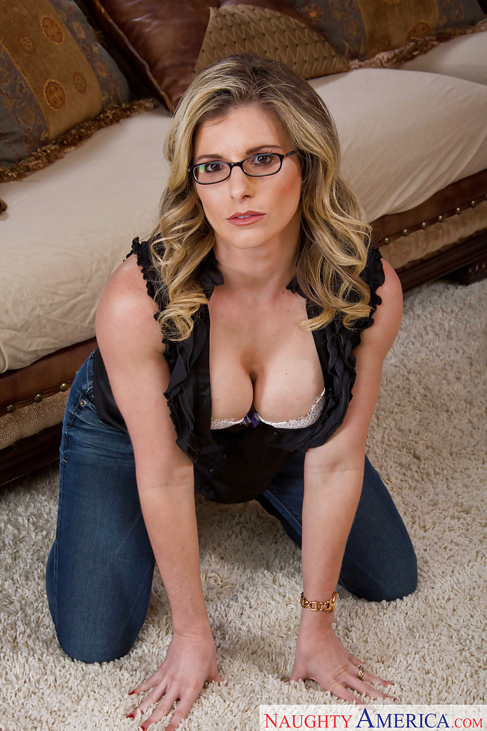 Curvy milf melanie hicks is playing with a big vibrator 8