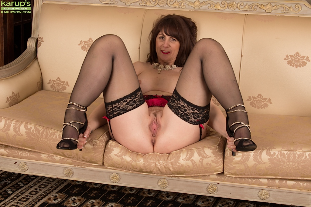 Scottish milf toni lace takes care of her hungry pussy - 4 1