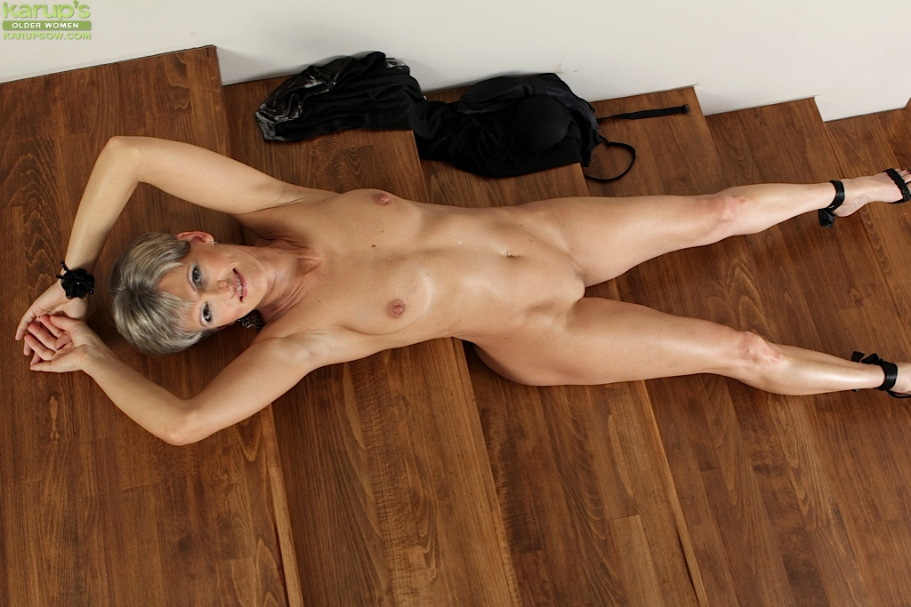 Mature woman plays with herself on cam 7