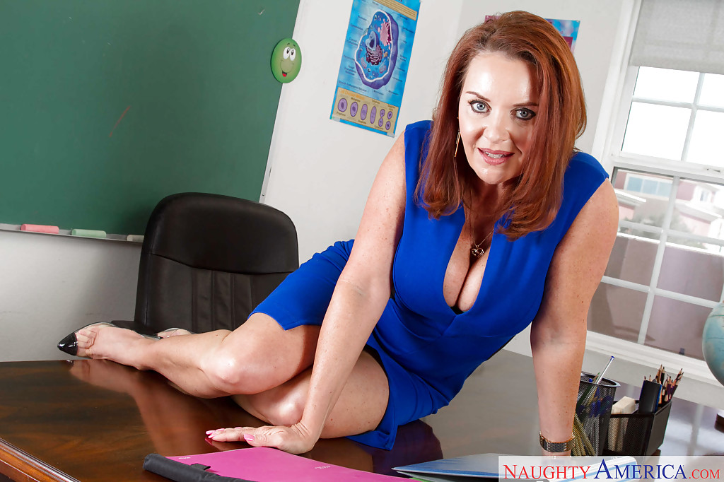 Milf teacher with blonde hair Carolyn Reese loves undressing after classes  605875