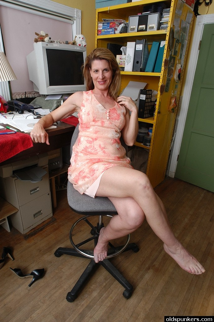 Aged office worker Annabelle Lee sliding panties aside to expose hairy cunt № 1089806 бесплатно