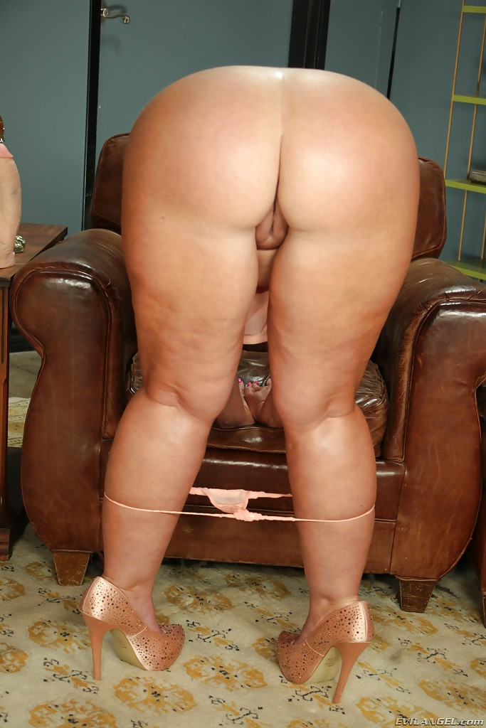 Big ass milf solo